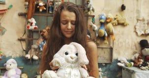 Πορτρέτο κινηματογραφήσεων σε πρώτο πλάνο του λίγου χρονών κοριτσιού 10 που κρατά τη teddy αρκούδα, που φωνάζει και που ικετεύει  φιλμ μικρού μήκους