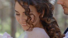 Πορτρέτο κινηματογραφήσεων σε πρώτο πλάνο του λευκού καυκάσιου γαμήλιου ζεύγους απόθεμα βίντεο