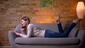 Πορτρέτο κινηματογραφήσεων σε πρώτο πλάνο του νέου ελκυστικού καυκάσιου θηλυκού brunette που έχει ένα τηλεφώνημα που βρίσκεται στ απόθεμα βίντεο