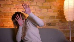 Πορτρέτο κινηματογραφήσεων σε πρώτο πλάνο του νέου ελκυστικού καυκάσιου θηλυκού brunette που προσέχει μια τρισδιάστατη ταινία τρό απόθεμα βίντεο
