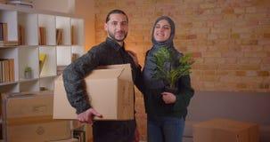 Πορτρέτο κινηματογραφήσεων σε πρώτο πλάνο του νέου εύθυμου μουσουλμανικού ζεύγους που εξετάζει τη κάμερα που στέκεται σε ένα πρόσ φιλμ μικρού μήκους