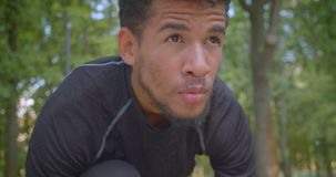 Πορτρέτο κινηματογραφήσεων σε πρώτο πλάνο του νέου ισχυρού αρσενικού αφροαμερικάνων jogger που προετοιμάζεται να τρέξει στο πάρκο απόθεμα βίντεο