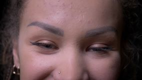 Πορτρέτο κινηματογραφήσεων σε πρώτο πλάνο του νέου κοριτσιού με να δι φιλμ μικρού μήκους