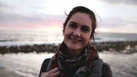 Πορτρέτο κινηματογραφήσεων σε πρώτο πλάνο του νέου όμορφου ευρωπαϊκού χαμόγελου κοριτσιών, που εξετάζει τη κάμερα στην ακτή Μεσογ απόθεμα βίντεο