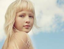Πορτρέτο κινηματογραφήσεων σε πρώτο πλάνο του νέου όμορφου κοριτσιού στοκ εικόνα