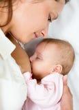Πορτρέτο κινηματογραφήσεων σε πρώτο πλάνο του νηπίου μωρών θηλαζόντων νεογνών και mom