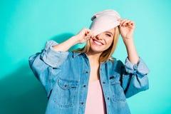 Πορτρέτο κινηματογραφήσεων σε πρώτο πλάνο του συμπαθητικού ελκυστικού καλού γοητευτικού χαριτωμένου εύθυμου χαρωπού κοριτσιού που στοκ φωτογραφία με δικαίωμα ελεύθερης χρήσης
