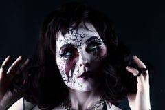 Πορτρέτο κινηματογραφήσεων σε πρώτο πλάνο του τρομακτικού παράξενου κοριτσιού με το στόμα που ράβεται κλεισμένο Στοκ φωτογραφία με δικαίωμα ελεύθερης χρήσης