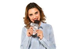 Πορτρέτο κινηματογραφήσεων σε πρώτο πλάνο του χαμογελώντας κοριτσιού με τη σοκολάτα στοκ φωτογραφίες