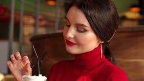 Πορτρέτο κινηματογραφήσεων σε πρώτο πλάνο του χαμογελώντας κοριτσιού στον καφέ, πίνει ένα κοκτέιλ παγωτού φιλμ μικρού μήκους