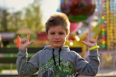 Πορτρέτο κινηματογραφήσεων σε πρώτο πλάνο του χαριτωμένου αγοριού στο πάρκο Στοκ Φωτογραφίες