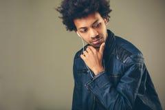 Πορτρέτο κινηματογραφήσεων σε πρώτο πλάνο του όμορφου ατόμου αφροαμερικάνων που ακούει τη μουσική Στοκ Εικόνες