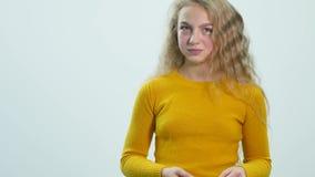 Πορτρέτο κινηματογραφήσεων σε πρώτο πλάνο του όμορφου γέλιου κοριτσιών και να εξετάσει τη κάμερα Ο έφηβος παρουσιάζει συγκινήσεις απόθεμα βίντεο
