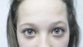 Πορτρέτο κινηματογραφήσεων σε πρώτο πλάνο του όμορφου κοριτσιού στο slowmo Ένα κορίτσι εφήβων με τα μεγάλα μάτια στέκεται στον αέ απόθεμα βίντεο