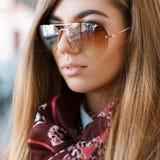 Πορτρέτο κινηματογραφήσεων σε πρώτο πλάνο του όμορφου μοντέρνου κοριτσιού στα γυαλιά ηλίου Στοκ Εικόνα
