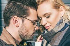 πορτρέτο κινηματογραφήσεων σε πρώτο πλάνο του όμορφου νέου ζεύγους ερωτευμένου Στοκ Εικόνες