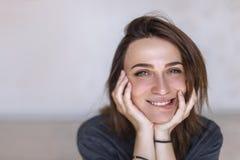 Πορτρέτο κινηματογραφήσεων σε πρώτο πλάνο του όμορφου, φρέσκου, υγιούς και αισθησιακού κοριτσιού χαμόγελο πορτρέτου κορ&iota στοκ εικόνα με δικαίωμα ελεύθερης χρήσης