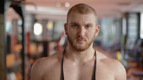 Πορτρέτο κινηματογραφήσεων σε πρώτο πλάνο του bodybuilder στη γυμναστική που αναπνέει βαθειά απόθεμα βίντεο