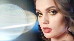 Πορτρέτο κινηματογραφήσεων σε πρώτο πλάνο των μοντέρνων γυναικών που θέτουν στο ελαφρύ υπόβαθρο επικέντρων απόθεμα βίντεο