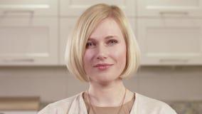 Πορτρέτο κινηματογραφήσεων σε πρώτο πλάνο των νέων συγκινήσεων γυναικών απόθεμα βίντεο