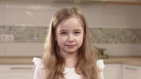 Πορτρέτο κινηματογραφήσεων σε πρώτο πλάνο των συγκινήσεων μικρών κοριτσιών απόθεμα βίντεο