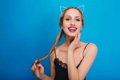 Πορτρέτο κινηματογραφήσεων σε πρώτο πλάνο των χαμογελώντας νέων όμορφων γυναικών που στο κόμμα, μεταμφίεση, καρναβάλι, που θέτει  στοκ φωτογραφίες με δικαίωμα ελεύθερης χρήσης