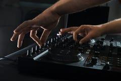 Πορτρέτο κινηματογραφήσεων σε πρώτο πλάνο αναμικτών του DJ Στοκ φωτογραφίες με δικαίωμα ελεύθερης χρήσης