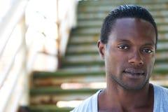 Πορτρέτο κινηματογραφήσεων σε πρώτο πλάνο ενός ελκυστικού ατόμου αφροαμερικάνων Στοκ Φωτογραφία