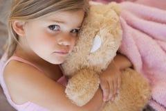 Πορτρέτο κινηματογραφήσεων σε πρώτο πλάνο ενός κοριτσιού με το γεμισμένο παιχνίδι Στοκ Φωτογραφίες