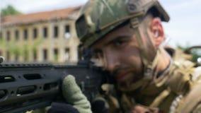 Πορτρέτο κινηματογραφήσεων σε πρώτο πλάνο ενός νέου δασοφύλακα στρατού που στοχεύει το πυροβόλο όπλο κατά τη διάρκεια μιας στρατι απόθεμα βίντεο