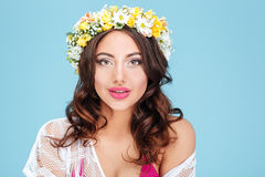 Πορτρέτο κινηματογραφήσεων σε πρώτο πλάνο ενός προκλητικού brunette που φορά diadem λουλουδιών στοκ εικόνες