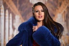 Πορτρέτο κινηματογραφήσεων σε πρώτο πλάνο ενός προτύπου μόδας στο παλτό γουνών πολυτέλειας Στοκ Εικόνες