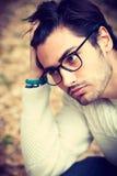 Πορτρέτο κινηματογραφήσεων σε πρώτο πλάνο ενός χαριτωμένου νεαρού άνδρα με τα γυαλιά Στοκ εικόνα με δικαίωμα ελεύθερης χρήσης