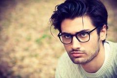 Πορτρέτο κινηματογραφήσεων σε πρώτο πλάνο ενός όμορφου νεαρού άνδρα με τα γυαλιά Στοκ εικόνες με δικαίωμα ελεύθερης χρήσης