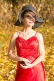 Πορτρέτο κινηματογραφήσεων σε πρώτο πλάνο θηλυκού καυκάσιου, με το σχέδιο σκιών από το καπέλο στο πρόσωπο που κρατά έναν καθρέφτη Στοκ εικόνες με δικαίωμα ελεύθερης χρήσης