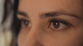 Πορτρέτο κινηματογραφήσεων σε πρώτο πλάνο κυρίων των όμορφων κοριτσιών ματιών φιλμ μικρού μήκους