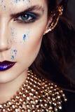 Πορτρέτο κινηματογραφήσεων σε πρώτο πλάνο με το βαθύ μπλε μάτι, δημιουργικό makeup Στοκ Εικόνα