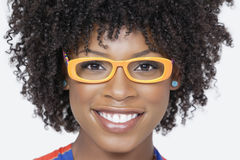 Πορτρέτο κινηματογραφήσεων σε πρώτο πλάνο μιας γυναίκας αφροαμερικάνων που φορά τα γυαλιά πέρα από το γκρίζο υπόβαθρο Στοκ Εικόνες