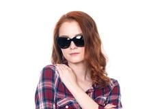 Πορτρέτο κινηματογραφήσεων σε πρώτο πλάνο μιας κοκκινομάλλους όμορφης γυναίκας που φορά τα γυαλιά ηλίου Στοκ Εικόνα