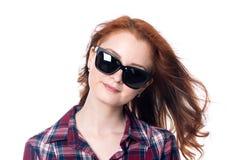 Πορτρέτο κινηματογραφήσεων σε πρώτο πλάνο μιας κοκκινομάλλους όμορφης γυναίκας που φορά τα γυαλιά ηλίου Στοκ Φωτογραφία
