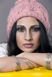 Πορτρέτο κινηματογραφήσεων σε πρώτο πλάνο μιας νέας γυναίκας που φορά τη ρόδινη πλεκτή ΚΑΠ Στοκ εικόνα με δικαίωμα ελεύθερης χρήσης