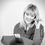 Πορτρέτο κινηματογραφήσεων σε πρώτο πλάνο μιας όμορφης θετικής γυναίκας με τη ζάλη του μακρυμάλλους ξανθού φωτεινού καπέλου και τ Στοκ φωτογραφίες με δικαίωμα ελεύθερης χρήσης