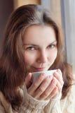 Πορτρέτο κινηματογραφήσεων σε πρώτο πλάνο μιας όμορφης νέας γυναίκας που έχει τον καφέ στοκ φωτογραφία με δικαίωμα ελεύθερης χρήσης