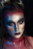 Πορτρέτο κινηματογραφήσεων σε πρώτο πλάνο ομορφιάς του όμορφου πρότυπου προσώπου γυναικών με τη μαγική δημιουργική πολύχρωμη σύνθ Στοκ Εικόνα
