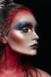 Πορτρέτο κινηματογραφήσεων σε πρώτο πλάνο ομορφιάς του όμορφου πρότυπου προσώπου γυναικών με τη μαγική δημιουργική πολύχρωμη σύνθ Στοκ φωτογραφία με δικαίωμα ελεύθερης χρήσης