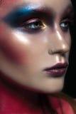 Πορτρέτο κινηματογραφήσεων σε πρώτο πλάνο ομορφιάς του όμορφου πρότυπου προσώπου γυναικών με τη μαγική δημιουργική πολύχρωμη σύνθ Στοκ Εικόνες