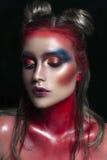 Πορτρέτο κινηματογραφήσεων σε πρώτο πλάνο ομορφιάς του όμορφου πρότυπου προσώπου γυναικών με τη μαγική δημιουργική πολύχρωμη σύνθ Στοκ Φωτογραφία
