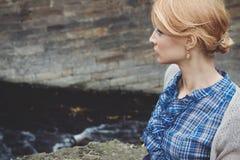 Πορτρέτο κινηματογραφήσεων σε πρώτο πλάνο στο σχεδιάγραμμα της γυναίκας στο αναδρομικό ύφος υπαίθριο Στοκ Εικόνα
