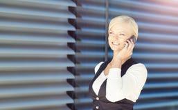 Πορτρέτο κινηματογραφήσεων σε πρώτο πλάνο της επιχειρηματία που μιλά σε ένα τηλέφωνο Στοκ Εικόνα