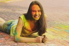 Πορτρέτο κινηματογραφήσεων σε πρώτο πλάνο της τοποθέτησης γυναικών χαμόγελου με την ξηρά σκόνη χρώματος Στοκ εικόνα με δικαίωμα ελεύθερης χρήσης